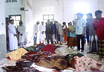 ANGGOTA keluarga mangsa serangan di Masjid al-Furqan, Kampung Air Tempayan Narathiwat kelmarin, melihat jemaah yang mati ditembak penyerang bersenjata raifal ketika solat Isyak. - Foto Reuters