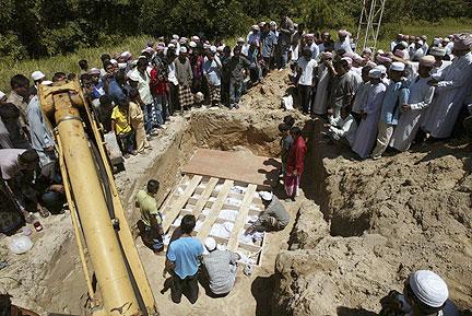 ORANG ramai melihat mayat mangsa serangan di Masjid al-Furqan, Kampung Air Tempayan, malam kelmarin. - Foto Reuters